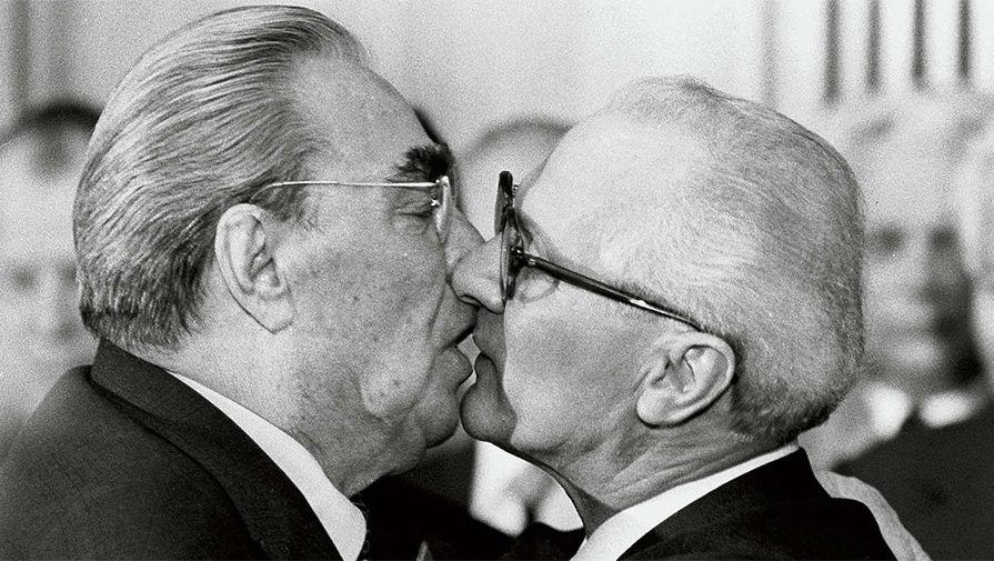 Brezhnev Honecker, Sozialistischer Bruderkuss
